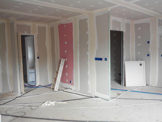 mise en oeuvre du placo int rieur avec passage des gaines l ctriques la plaque rose est une. Black Bedroom Furniture Sets. Home Design Ideas